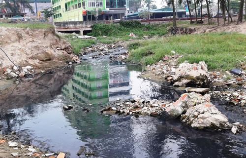 Cống thoát nước thải hôi thối đang đầu độc biển Sầm Sơn
