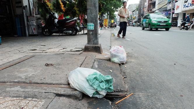 TP.HCM: Những đống rác lấp đầy cống thoát nước
