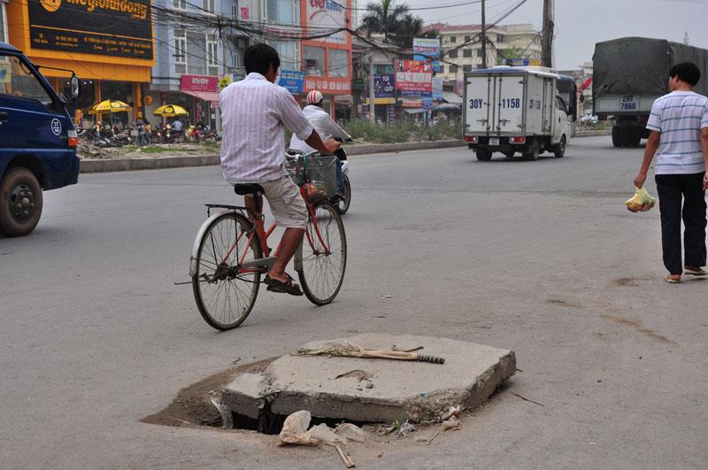 Nguyên nhân hiện tượng nắp hố ga nằm giữa mặt đường